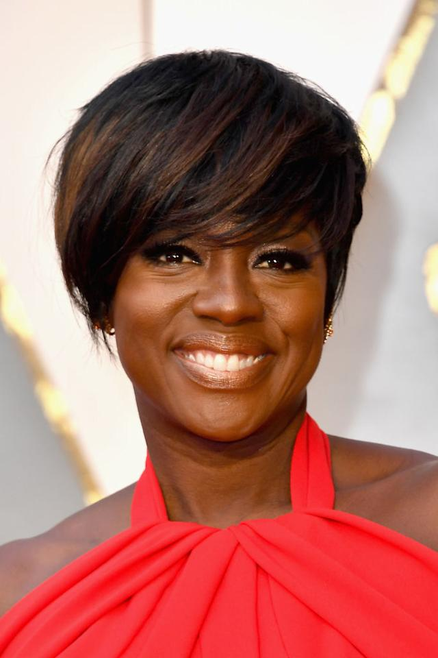 <p>Slightly changing her traditional look, Davis wore a short pixie with beautifully highlighted bangs swooped to the side. Her gorgeous golden, glazed skin is easy on the eyes too. </p>