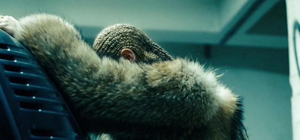 <p>We saw this look in the Instagram trailer, but it still packs a punch.<br></p>