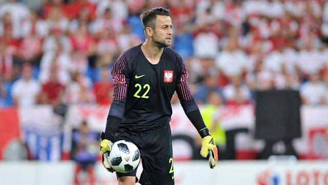​Swansea City goalkeeper Lukasz Fabianski is reportedly nearing a return to the ​Premier League following the Welsh side's relegation at the end of last season. According to the Evening Standard, the Polish stopper should be in the verge of joining West Ham, with Manuel Pellegrini aiming to revamp his side ahead of what should be a very competitive campaign in England's top flight. Deal close - West Ham in advanced talks to sign Swansea goalkeeper Lukasz Fabianski — Kaveh Solhekol (@SkyKaveh)...