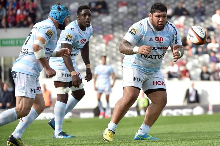 Racing 92's prop Viliamu Afatia (R) eyes the ball during the French Top 14 rugby union match between Stade Toulousain and Racing 92 on April 16, 2017 at the Municipal stadium in Toulouse, southern France