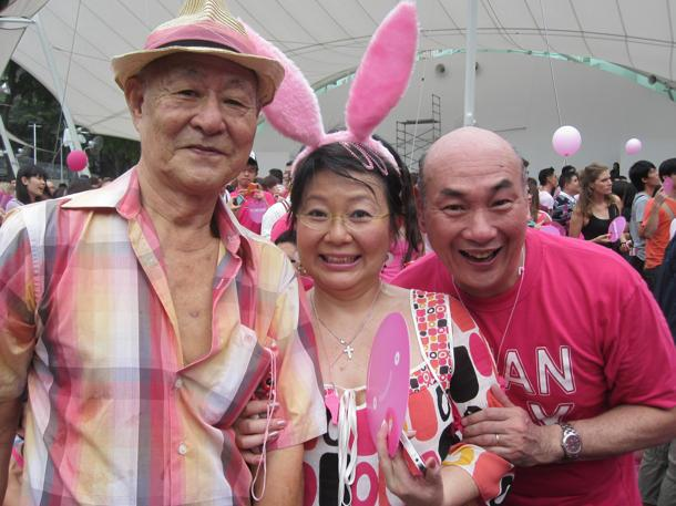 From R-L: Lim Kay Siu, Neo Swee Lin and Neo's father. (Yahoo! photo/Jeanette Tan)