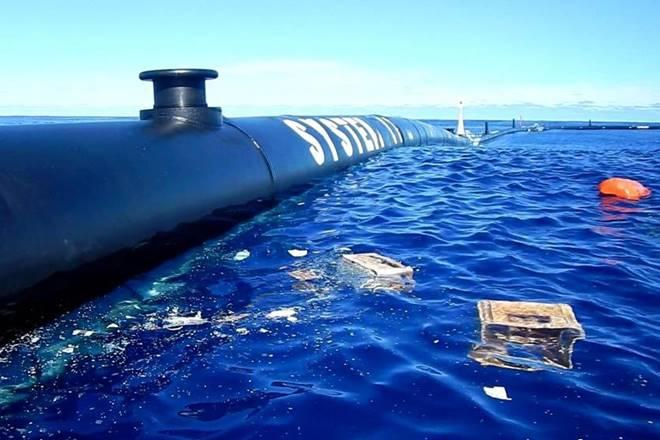 Floating device which is designed to catch plastic waste