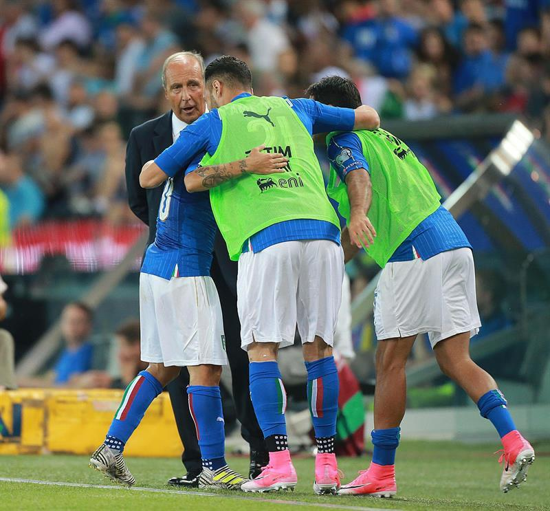Italiy's forward Lorenzo Insigne (hidden) celebrates with his teammates after scoring the 1-0 lead during the FIFA World Cup qualifying soccer match between Italy and Liechtenstein at Friuli Stadium in Udine, Italy, 11 June 2017.  EFE