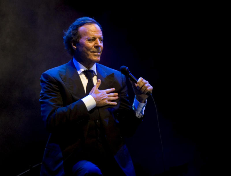 """FILE - This Jan. 30, 2009 file photo shows Spanish singer Julio Iglesias performing during a concert in Playa del Carmen, Mexico. Iglesias' latest album, """"1 Greatest Hits,"""" was released on Tuesday, April 9, 2013. (AP Photo/Israel Leal, file)"""