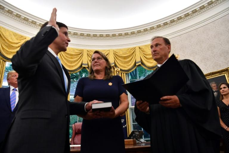 Mark Esper (L) is sworn in as US secretary of defense by Supreme Court Justice Samuel Alito as President Donald Trump looks on in the Oval Office (AFP Photo/Nicholas Kamm)