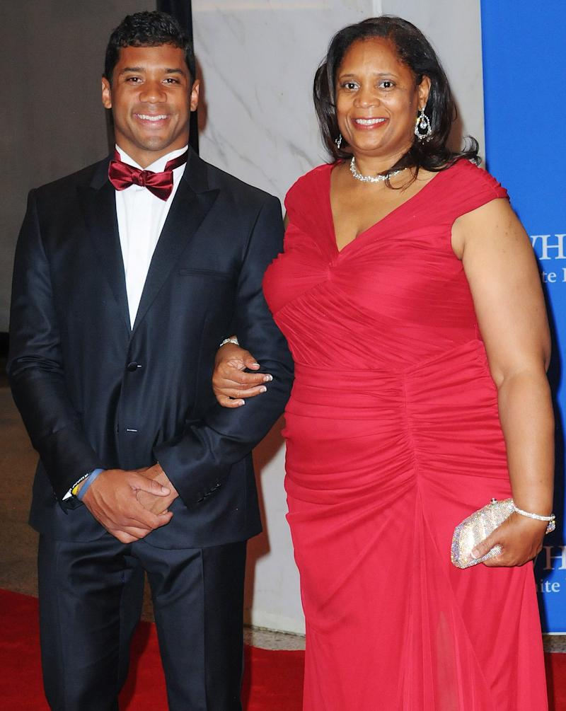 4ac4bc93cb3e7 Russell Wilson and Ciara Surprise His Mom with a New House for Mother's Day