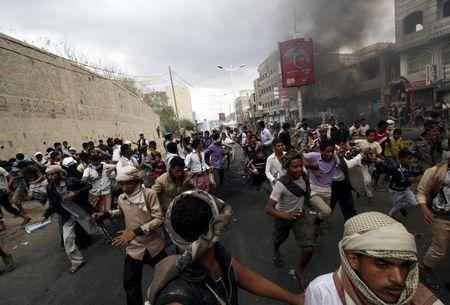 Anti-Houthi protesters run as pro-Houthi police troopers open fire in the air to disperse them in Yemen's southwestern city of Taiz March 23, 2015. REUTERS/Anees Mahyoub