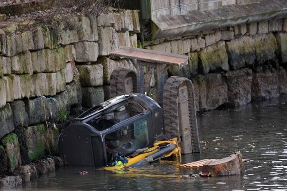 Driver-rescued-digger-falls-sea-dorset