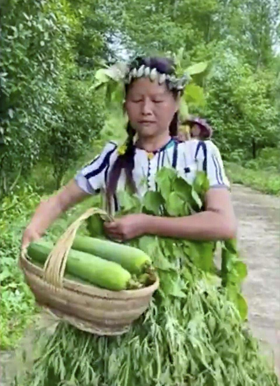 Rural women dancing in Hawaiian grass skirts on social media were trying to revive a limp vegetable market. Photo: Hunan Today