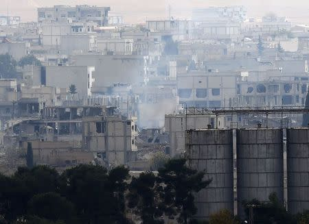 Smoke rises from central Kobani during fighting between Islamic State militants and Kurdish forces, November 24, 2014. REUTERS/Osman Orsal