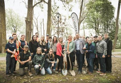 The Mayor of Contrecœur, Maud Allaire, Madeleine Paquin, the president and Chief Executive Officer of LOGISTEC, the LOGISTEC family, the Port of Montreal and Tree Canada, were hard at work at Cartier-Richard Park in Contrecoeur. (CNW Group/Logistec Corporation)