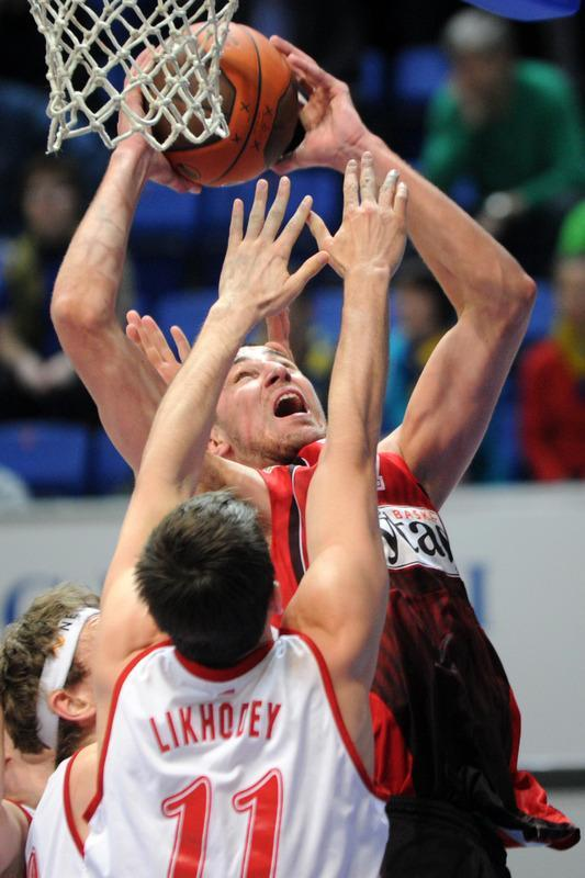 Lietuvos Rytas' Jonas Valanciunas (Top) vies with BC Spartak Saint-Petersburg's Valery Likhodey during Eurocup's FinalFour third place basketball match between Lietuvos Rytas and BC Spartak Saint-Petersburg in Khimki, a suburb of Moscow, on April 15, 2012. (Photo by Kirill Kudryavtsev /AFP/Getty Images)