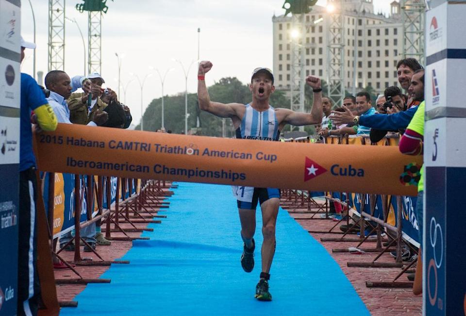 Argentinian Juan Manuel Asconape celebrates at the finish line as he wins the first place in the Ibero-American Triathlon Championship in Havana, on January 25, 2015 (AFP Photo/Yamil Lage)
