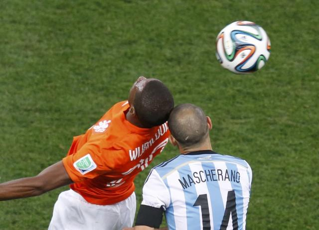 Georginio Wijnaldum (L) of the Netherlands and Argentina's Javier Mascherano clash heads during their 2014 World Cup semi-finals at the Corinthians arena in Sao Paulo July 9, 2014. REUTERS/Paulo Whitaker (BRAZIL - Tags: SOCCER SPORT WORLD CUP)