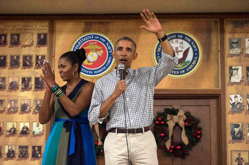 US President Barack Obama addresses troops with First Lady Michelle Obama at Marine Corps Base Hawaii in Kailua on December 25, 2016 (AFP Photo/Nicholas Kamm)
