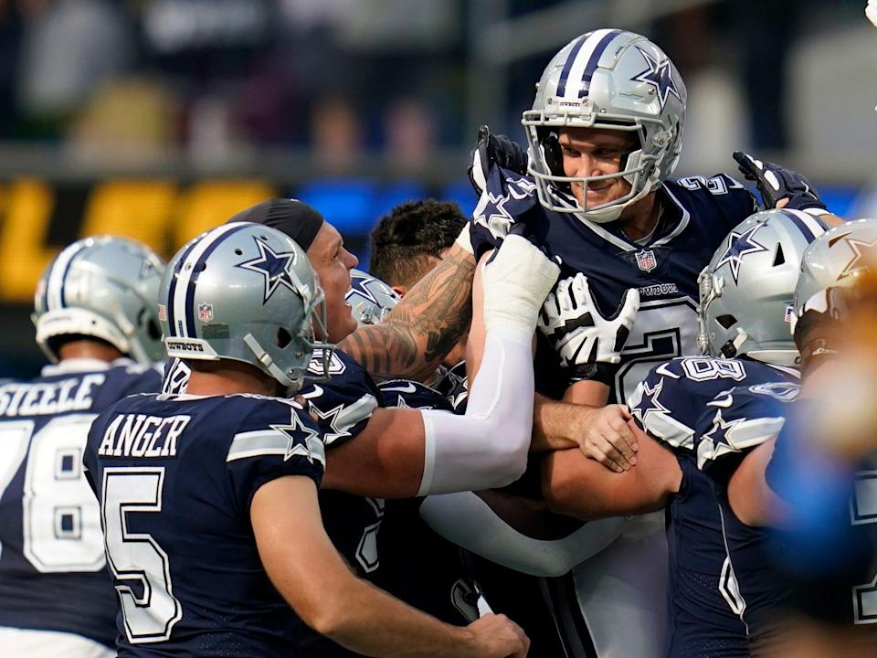 Greg Zuerlein is celebrated by Cowboys teammates after hitting field goal.