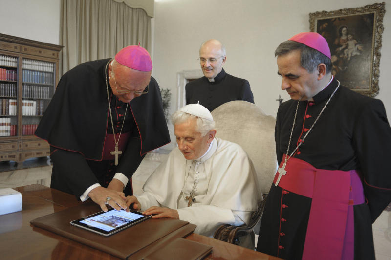Pope joins tweeting masses with Pontifex handle