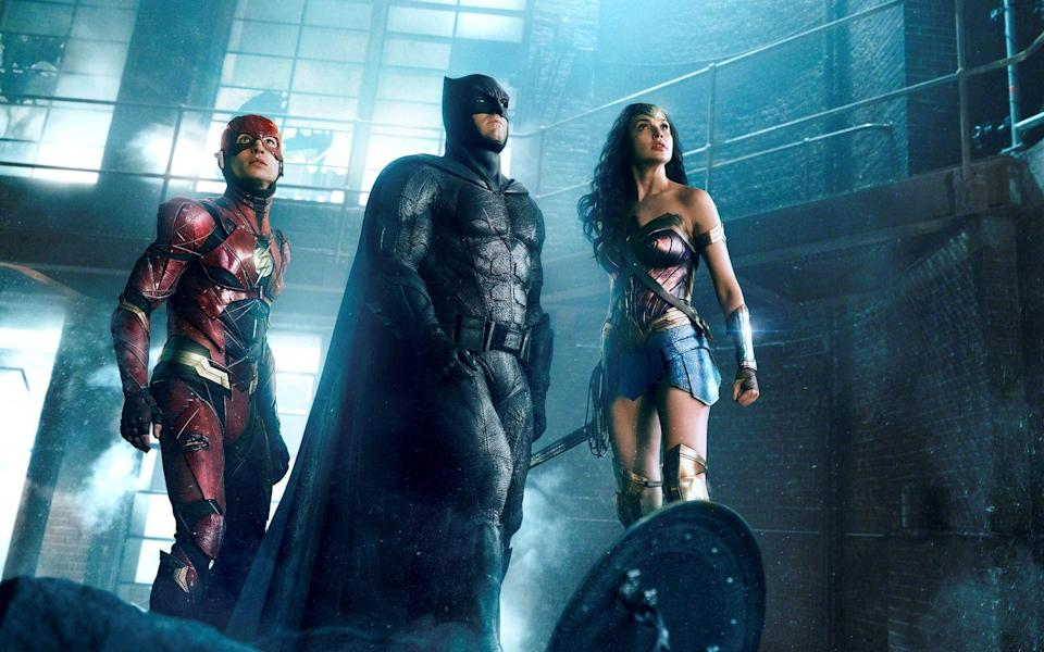 "In ""Zack Snyder's Justice League"" kehren unter anderem die Superhelden The Flash (Ezra Miller, links), Batman (Ben Affleck) und Wonder Woman (Gal Gadot) zurück. (Bild: Sky/2021 WarnerMedia Direct, LLC. All Rights Reserved.)"