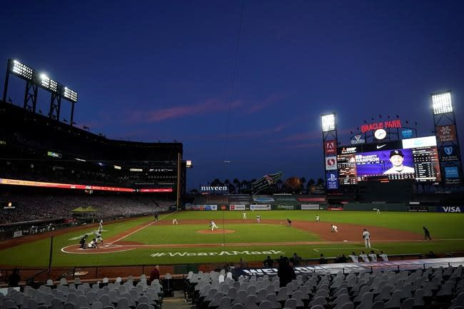 Dickerson's pinch-hit homer helps keep Giants in playoff mix
