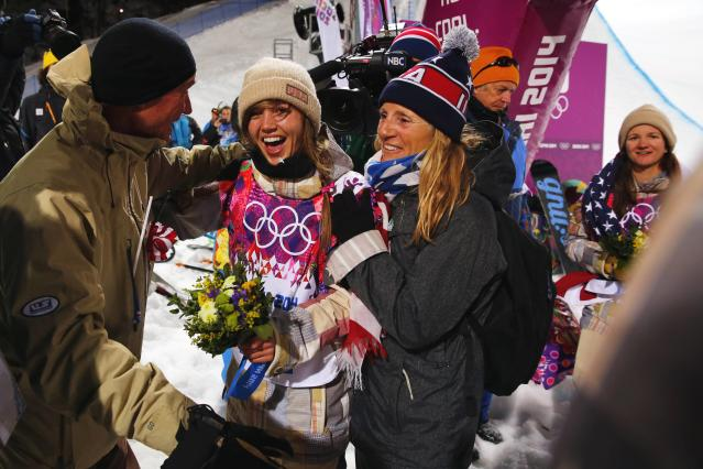Gold medalist Kaitlyn Farrington (C) of the U.S. celebrates with her parents Gary and Suze Farrington after winning the women's snowboard halfpipe at the 2014 Sochi Winter Olympic Games in Rosa Khutor February 12, 2014. REUTERS/Lucas Jackson (RUSSIA - Tags: SPORT OLYMPICS SNOWBOARDING)
