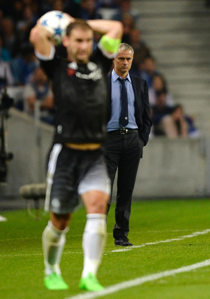 Chelsea coach Jose Mourinho (R) during his side's Champions League Group G match against Porto at the Dragao stadium in Porto on September 29, 2015 (AFP Photo/Miguel Riopa)