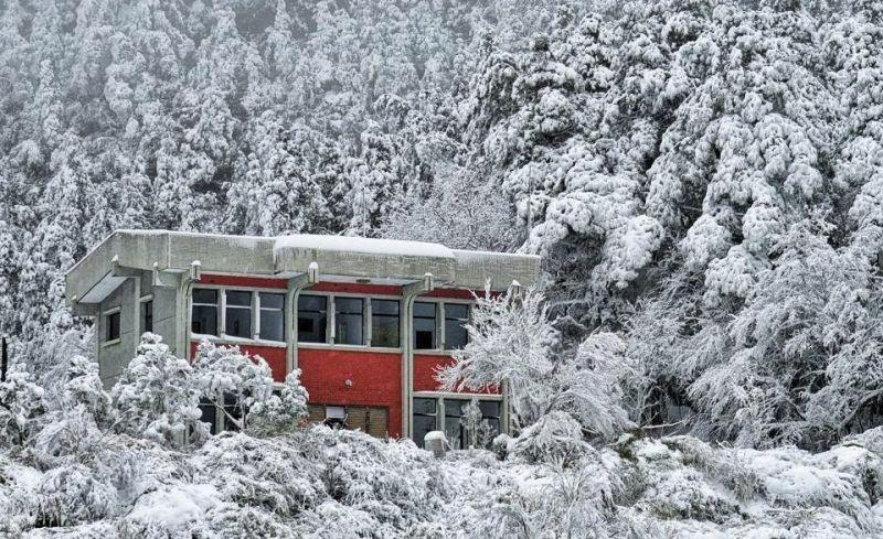 <p> An abandoned police station situated near the Taipingshan National Park became a pretty picture in the snowfall. (Photo courtesy of 《深 ‧ 旅行》) </p>
