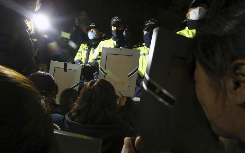 Policemen stop parents holding portraits of their children who were died on sunken passenger ship Sewol, from marching towards Presidential Blue House in Seoul May 9, 2014. Parents of children killed when a passenger ferry sank last month led a sombre march on South Korea's presidential palace in the early hours of Friday morning, where they demanded to meet with President Park Geun-hye. REUTERS/Kim Do-hun/Yonhap (SOUTH KOREA - Tags: CIVIL UNREST DISASTER POLITICS MARITIME TRANSPORT) ATTENTION EDITORS - THIS IMAGE HAS BEEN SUPPLIED BY A THIRD PARTY. IT IS DISTRIBUTED, EXACTLY AS RECEIVED BY REUTERS, AS A SERVICE TO CLIENTS. NO SALES. NO ARCHIVES. FOR EDITORIAL USE ONLY. NOT FOR SALE FOR MARKETING OR ADVERTISING CAMPAIGNS. SOUTH KOREA OUT. NO COMMERCIAL OR EDITORIAL SALES IN SOUTH KOREA
