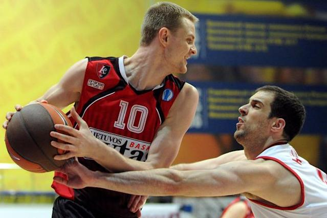 Lietuvos Rytas' Renaldas Seibutis (L) vies with BC Spartak Saint-Petersburg's Yotam Halperin during Eurocup's FinalFour third place basketball match between Lietuvos Rytas and BC Spartak Saint-Petersburg in Khimki, a suburb of Moscow, on April 15, 2012. (Photo by Kirill Kudryavtsev /AFP/Getty Images)
