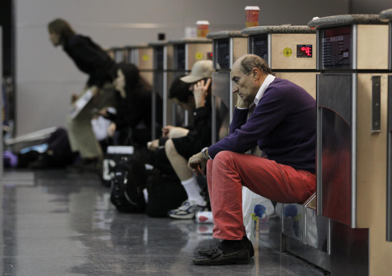 Airline passengers wait for a line to shrink in order to re-enter Terminal 8 at the John F Kennedy International Airport following a security breach that required the evacuation of the terminal in New York January 16, 2010. REUTERS/Lucas Jackson (UNITED STATES - Tags: TRANSPORT)