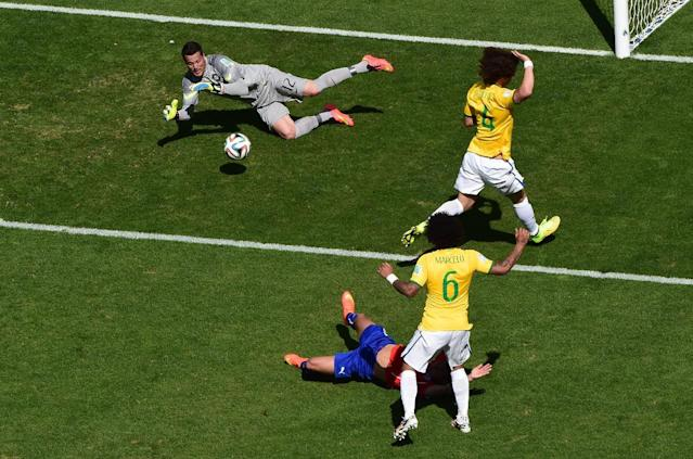Brazil's goalkeeper Julio Cesar (top) makes a save during the World Cup clash against Chile at The Mineirao Stadium in Belo Horizonte, June 28, 2014 (AFP Photo/Francois Xavier Marit)
