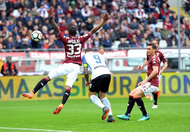 Soccer Football - Serie A - Torino vs Inter Milan - Stadio Olimpico Grande Torino, Turin, Italy - April 8, 2018 Inter Milan's Mauro Icardi in action with Torino's Nicolas Nkoulou REUTERS/Massimo Pinca