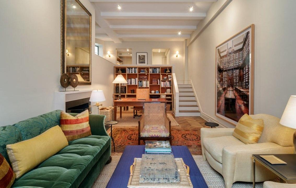 Ina's husband, Jeffrey Garten, is an esteemed business professor at Yale, it's no shockthat the pair'sdigswould include a gorgeous, cozy study.Behold that beautiful velvet couch, oversized wall art, and stately desk.