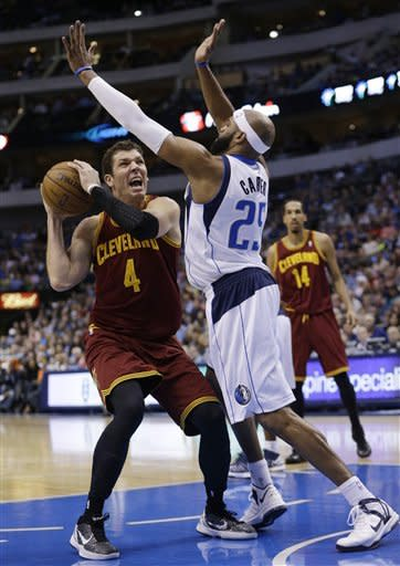 Cleveland Cavaliers forward Luke Walton (4) looks to shot against Dallas Mavericks guard Vince Carter (25) during the first half of an NBA basketball game Friday, March 15, 2013, in Dallas. (AP Photo/LM Otero)