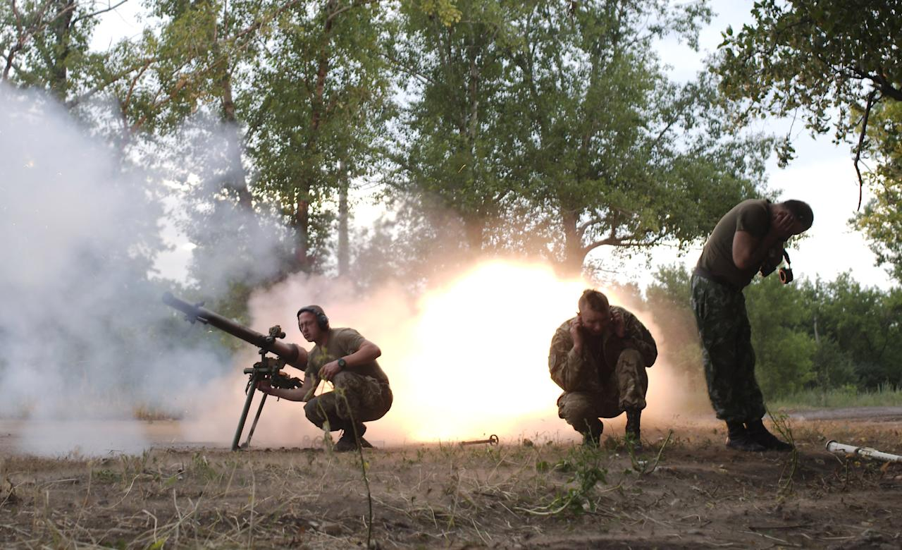 Members of the Ukrainian armed forces fire a grenade launcher, following what servicemen said was a shooting attack from the positions of fighters of the separatist self-proclaimed Donetsk People's Republic, in Avdiivka in Donetsk region, Ukraine, June 18, 2015. REUTERS/Maksim Levin TPX IMAGES OF THE DAY