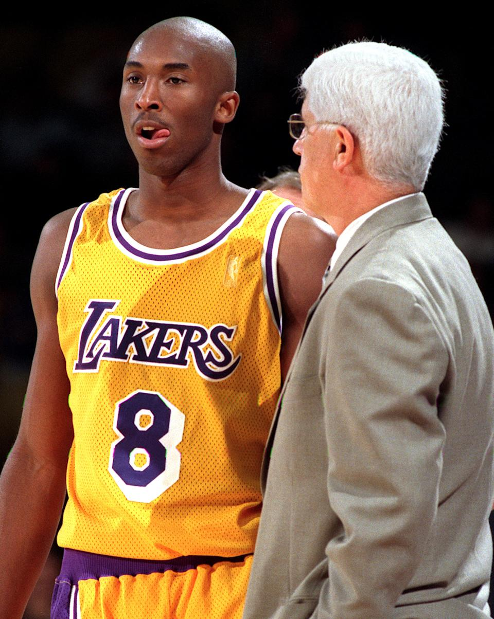 Kobe Bryant(圖左)與昔日湖人總教練Del Harris。(Photo by Vince Compagnone/Los Angeles Times via Getty Images)