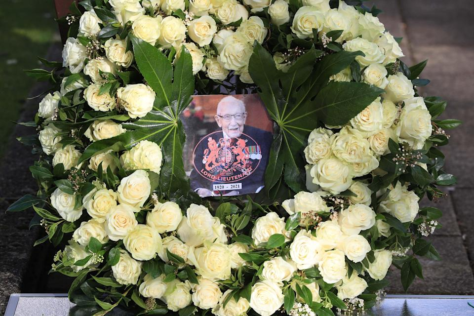The Queen's wreath of 100 white rosesPA