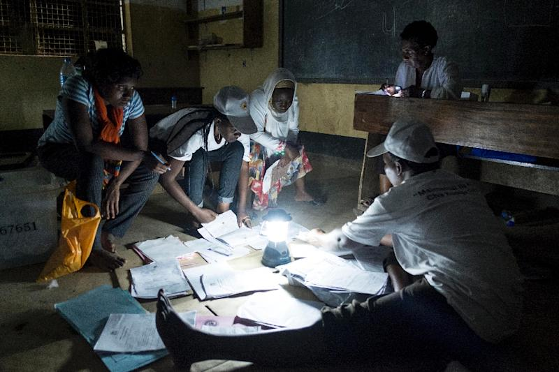 Election workers prepare to count ballots following presidential and general elections, at a polling station in Dar es Salaam on October 25, 2015 (AFP Photo/Daniel Hayduk)