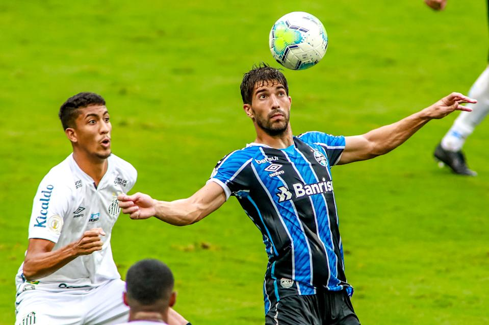 PORTO ALEGRE, BRAZIL - FEBRUARY 3: Lucas Braga of Santos and Lucas Silva of Gremio fight for the ball during the match between Gremio and Santos as part of Brasileirao Series A 2020 at Arena do Gremio Stadium on  February 3, 2021 in Porto Alegre, Brazil. (Photo by Silvio Avila/Getty Images)