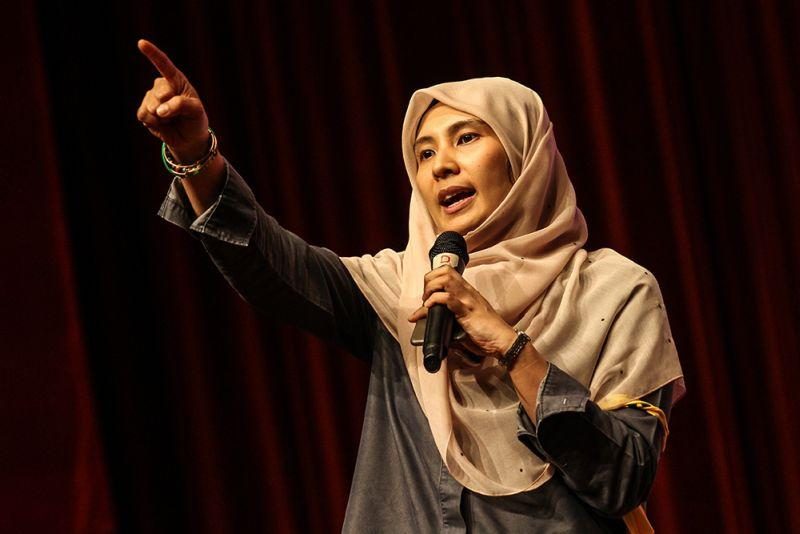 Calling in to a talk show featuring PKR vice-president Nurul Izzah, a caller who identified himself as 'Azrul' said she needed to take better care with her dressing. ― Picture by Miera Zulyana