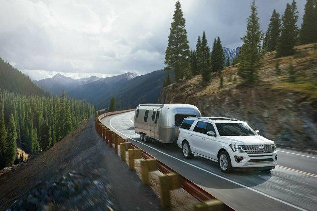 Ford Expedition 2018 on the road with trailer