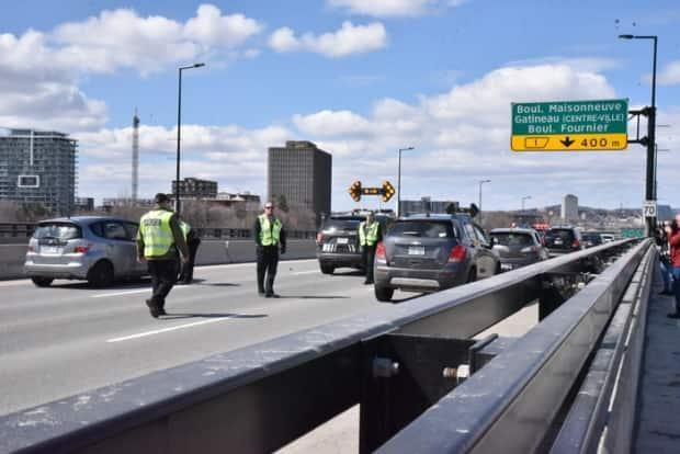 A police checkpoint on the Macdonald-Cartier Bridge between Ottawa and Gatineau, Que., on April 1, 2020. Ottawa police say they'll have officers set up 24/7 at all vehicle crossings between the Outaouais and Ottawa starting at 12:01 a.m. Monday. (Emilien Juteau/CBC - image credit)