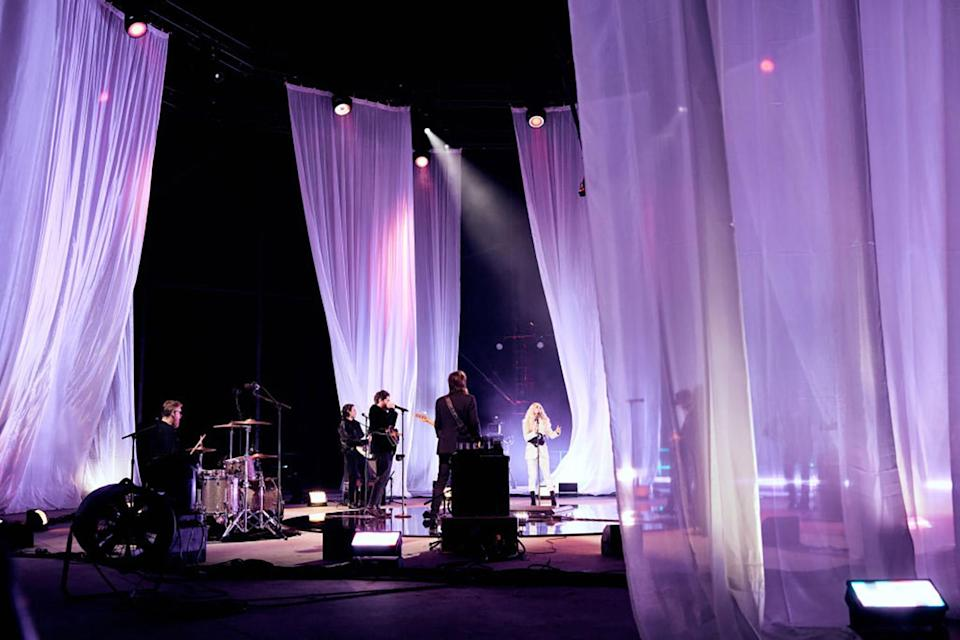 """<p>Carrie Underwood and NEEDTOBREATHE delivered an ethereal performance of """"I Wanna Remember"""" outdoors and in the round at the Bonnaroo Farm.</p>"""