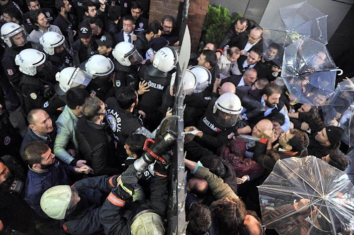 Turkish police clash with supporters and employees of Bugun newspaper and Kanalturk television station during a protest in Istanbul against the government's crackdown on media outlets on October 28, 2015 (AFP Photo/Mehmet Ali Poyraz )