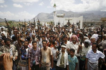 Tribesmen gather to show support to fighters of the anti-Houthi Popular Resistance Committee near Yemen's southwestern city of Taiz May 9, 2015. REUTERS/Stringer