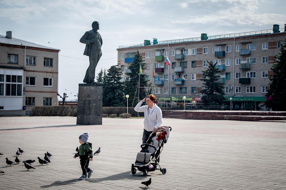 "Lenin square, Ostrogozhsk. ""They'll decide things without us. I'd suggest you do something more useful than counting guns.""Petr Shelomovskiy"