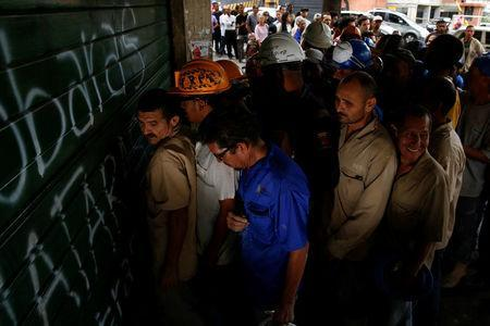 People queue as they try to buy bread outside a bakery in Caracas, Venezuela July 21, 2016. REUTERS/Carlos Garcia Rawlins