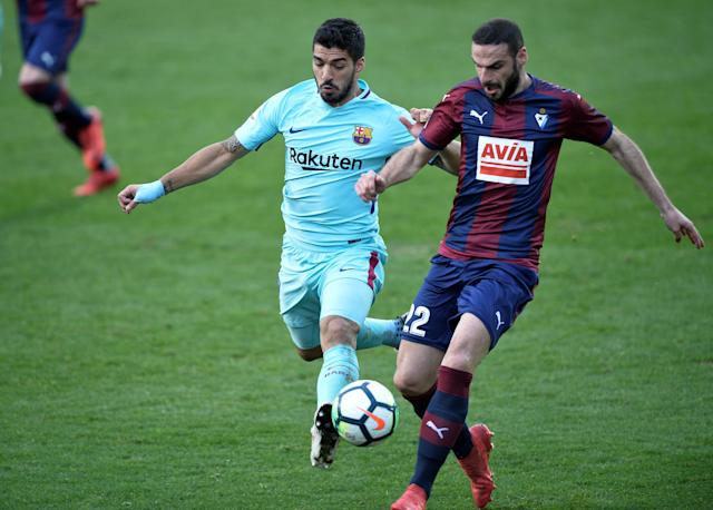 Soccer Football - La Liga Santander - Eibar vs FC Barcelona - Ipurua, Eibar, Spain - February 17, 2018 Eibar's David Lomban in action with Barcelona's Luis Suarez REUTERS/Vincent West