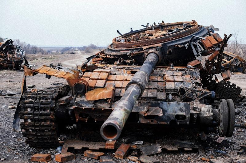 Picture taken on March 26, 2015, shows a destroyed T-72 tank on a road near the village of Lohvynove near the eastern Ukrainian town of Debaltseve (AFP Photo/Dimitar Dilkoff)