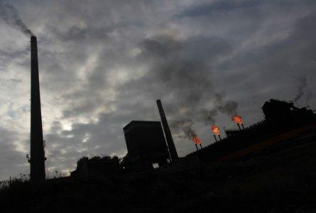 FILE PHOTO: General view of a coking plant in the city of Bytom Silesia November 22, 2012. REUTERS/Peter Andrews