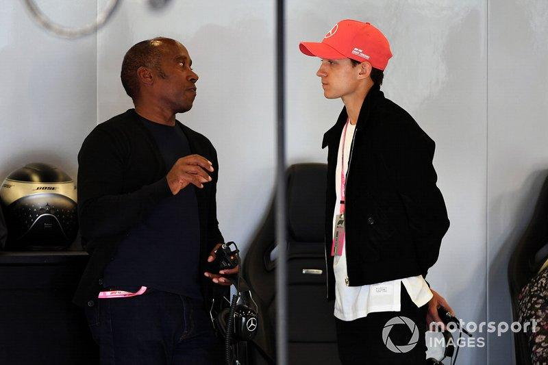 """Anthony Hamilton y Tom Holland, Actor<span class=""""copyright"""">Mark Sutton / Motorsport Images</span>"""